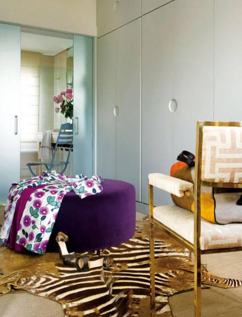 Vestidores y closets de estilo  por Estudio de Arquitectura Teresa Sapey