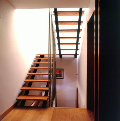 Escadas interiores: Corredores e halls de entrada  por Borges de Macedo, Arquitectura.
