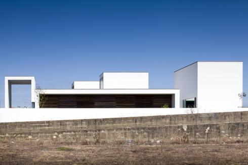 Casa em Aradas - Aveiro: Casas modernas por RVDM, Arquitectos Lda
