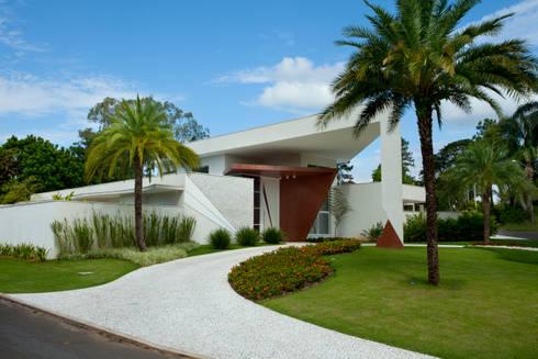 Casa Vinhedo: Jardins tropicais por Marcia Joly Paisagismo