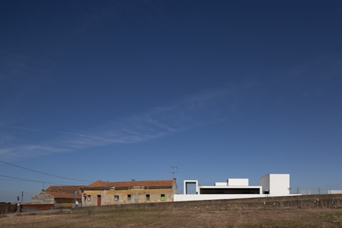 Casa em Aradas – Aveiro: Casas modernas por RVDM, Arquitectos Lda