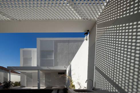 Moradias Manta Rota: Casas modernas por Posto9 Arquitectos