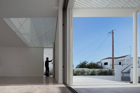Moradias Manta Rota: Salas de estar modernas por Posto9 Arquitectos
