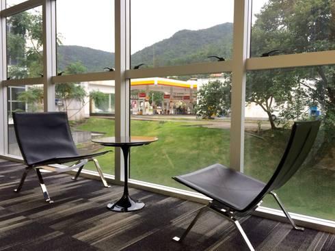 Estar pk22: Espaços comerciais  por JOBIM CARLEVARO arquitetos
