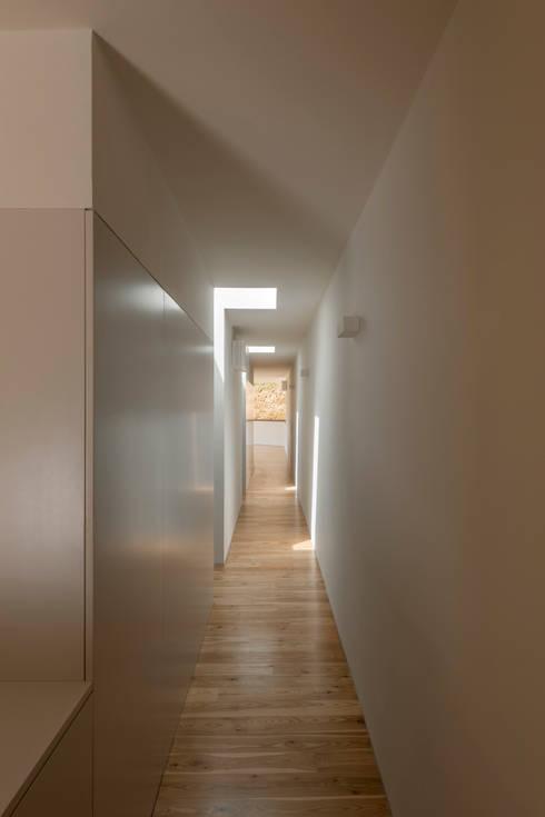 Casa em Espiunca: Corredores e halls de entrada  por ABPROJECTOS