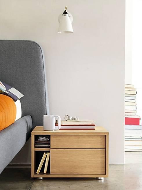 Parallel Bedside Table: Recámaras de estilo moderno por Design Within Reach Mexico