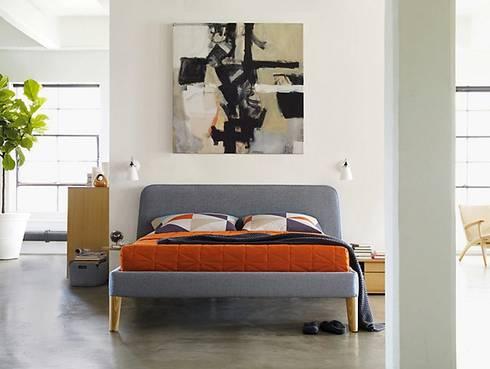 Parallel Queen Bed: Recámaras de estilo moderno por Design Within Reach Mexico