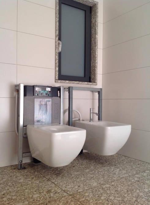 structures / estruturas: Casas de banho modernas por Dynamic444