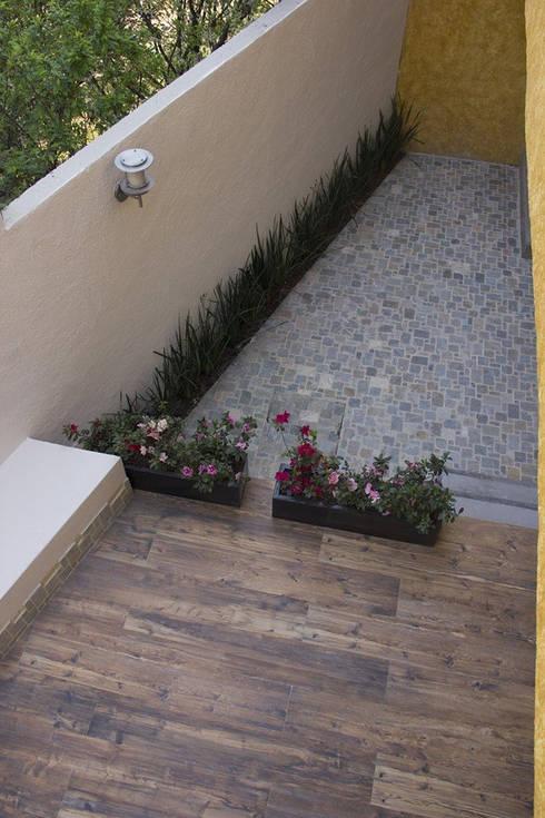Terraza trasera: Terrazas de estilo  por konSeptA arquitectos