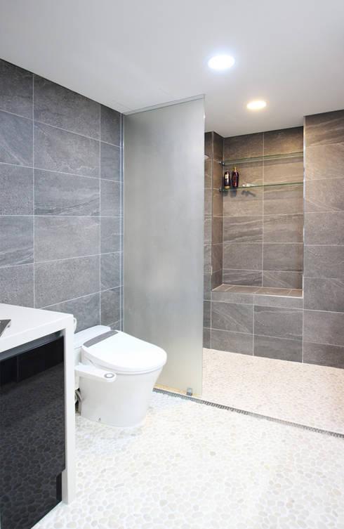 유니크&컬러풀 인테리어의 완성!: 필립인테리어의  욕실