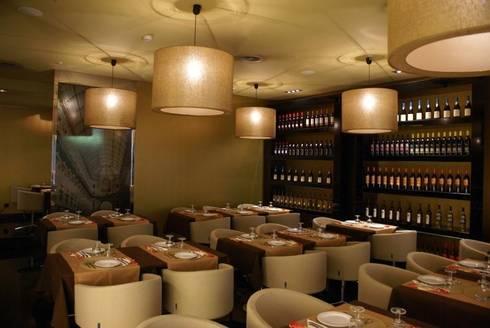 Restaurante EATALY: Salas de jantar modernas por Candicova Indústria de Candeeiros e Abat-jours Lda.