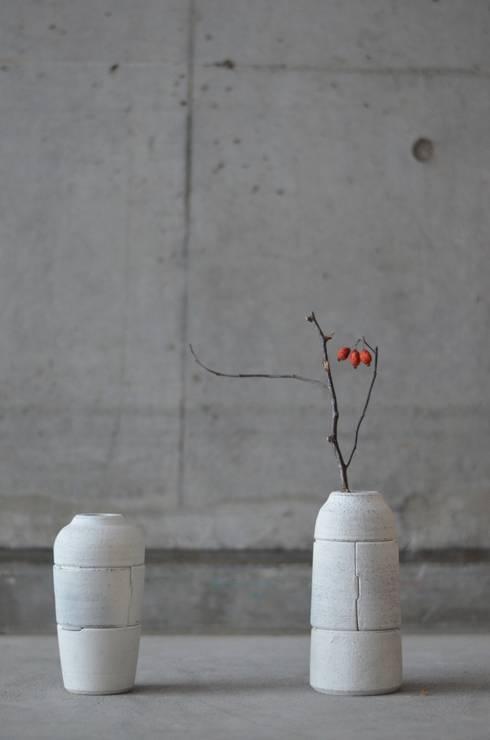 使い込まれた型の花器: Yusuke Hatakeyamaが手掛けたバルコニー&ベランダ&テラスです。
