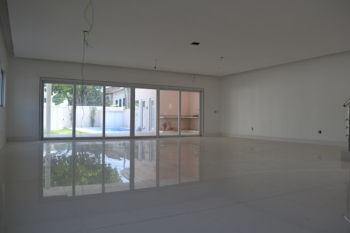 Residencia Maramar I: Salas de estar clássicas por Kubota & Backes