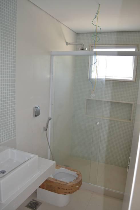 Residencia Maramar I: Banheiros modernos por Kubota & Backes