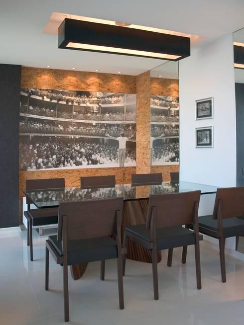 (2006)Apartamento Península: Salas de jantar  por Escritório Ana Meirelles