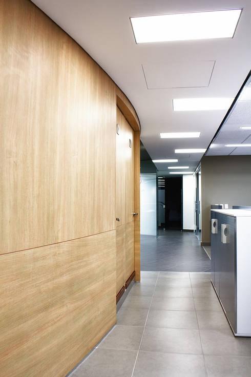Zona de Servicios: Pasillos y vestíbulos de estilo  por Qualittá Arquitectura