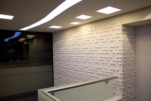Acceso Presidencia: Pasillos y vestíbulos de estilo  por Qualittá Arquitectura
