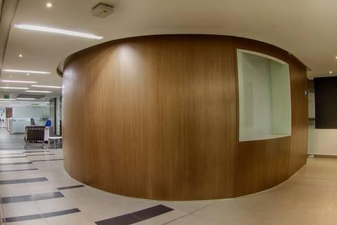Acceso Sala de Juntas: Pasillos y vestíbulos de estilo  por Qualittá Arquitectura