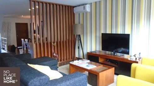 Living Room: Casa  por No Place Like Home ®