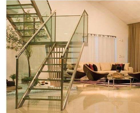 Escada de vidro: Corredores e halls de entrada  por Deise leal interiores