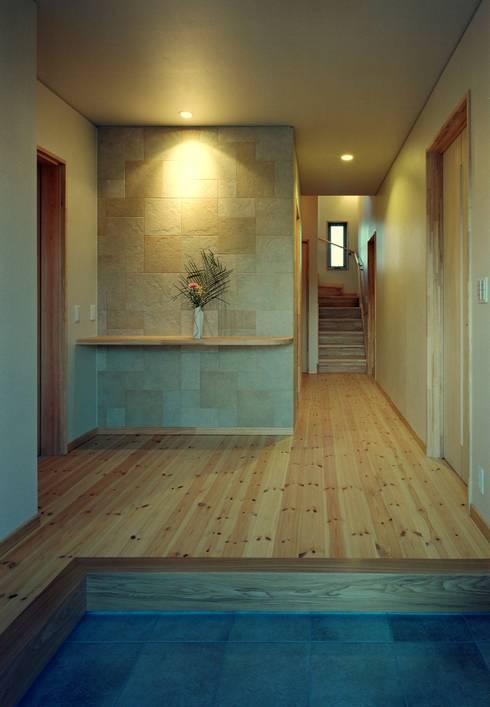 玄関ホール: 小栗建築設計室が手掛けた廊下 & 玄関です。