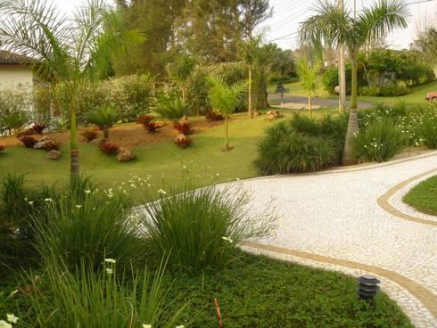 Jardim Tropical no Condomínio Terras de São José - ITU: Jardins tropicais por REJANE HEIDEN PAISAGISMO