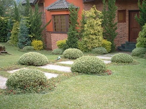 Jardim europeu em Ibiúna : Jardins clássicos por REJANE HEIDEN PAISAGISMO