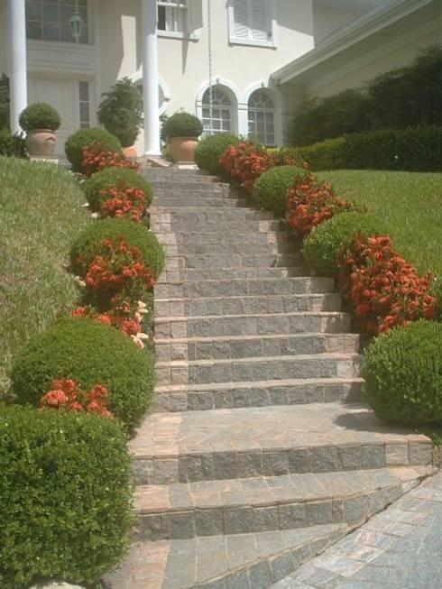 Jardim estilo colonial americano , Condomínio Palos Verdes , Granja Viana : Jardins coloniais por REJANE HEIDEN PAISAGISMO