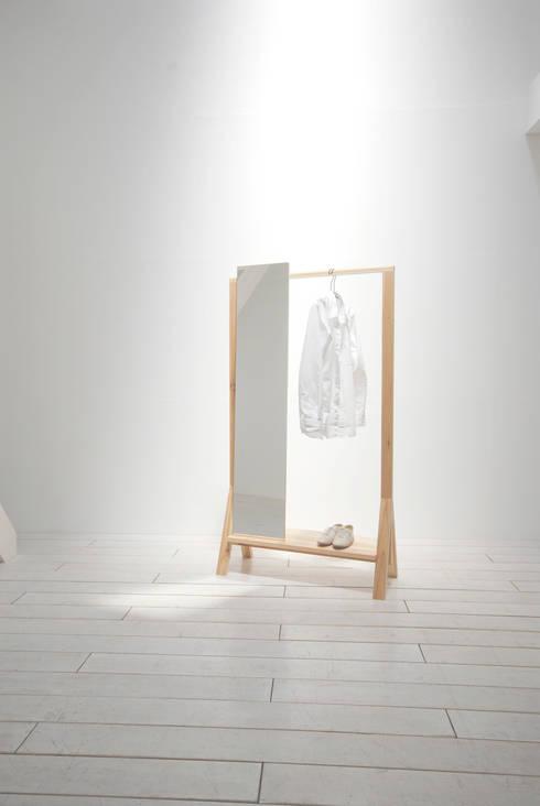 hanger and mirror: 暮らすひと暮らすところが手掛けたドレスルームです。