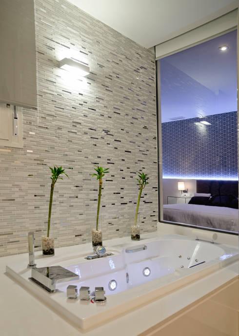 Bagno in stile in stile Moderno di SENZA ESPACIOS