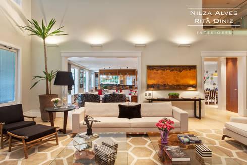 Living : Salas de estar modernas por Nilza Alves e Rita Diniz