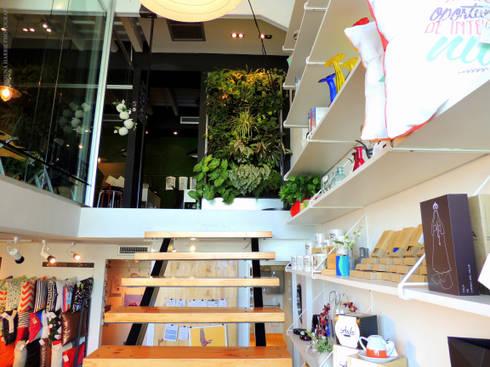 Escalera y acceso a oficinas: Tiendas y espacios comerciales de estilo  por RL+N Arquitectura