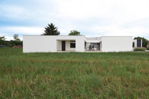 Moderner bungalow mit atrium by paschinger architekten zt for Architekten bungalow modern