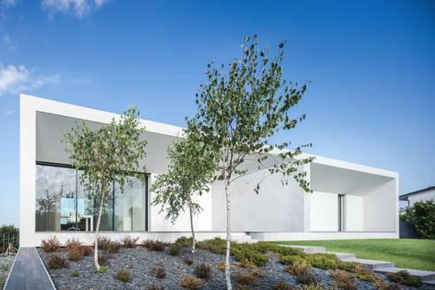 Casa Touguinhó II: Jardins minimalistas por Raulino Silva Arquitecto Unip. Lda