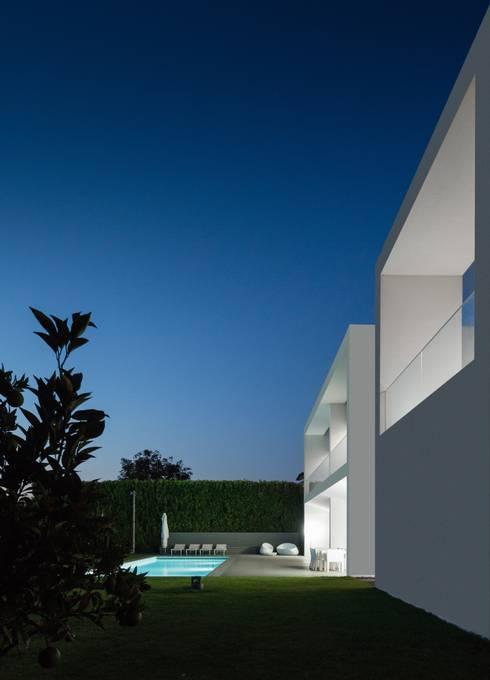 Casa Touguinhó II: Piscinas minimalistas por Raulino Silva Arquitecto Unip. Lda