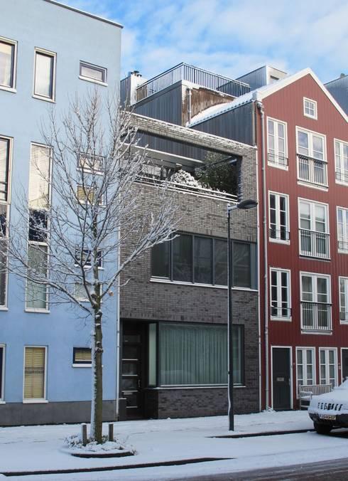 Voorzijde moderne stadsvilla Amsterdam: moderne Huizen door Villa Delphia