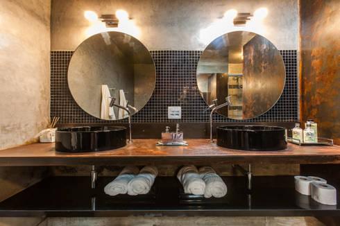 Chácara Riacho: Banheiros rústicos por AK Arquitetura Interiores