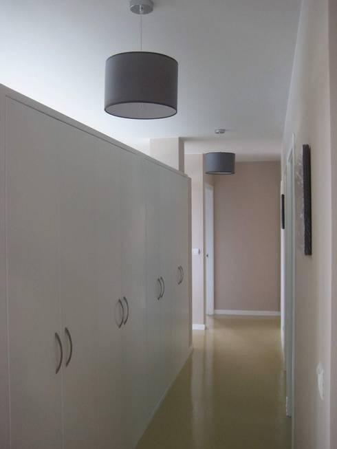Distribuidor incluido en el espacio central: Pasillos y vestíbulos de estilo  de MIGUEL VARELA DE UGARTE, ARQUITECTO