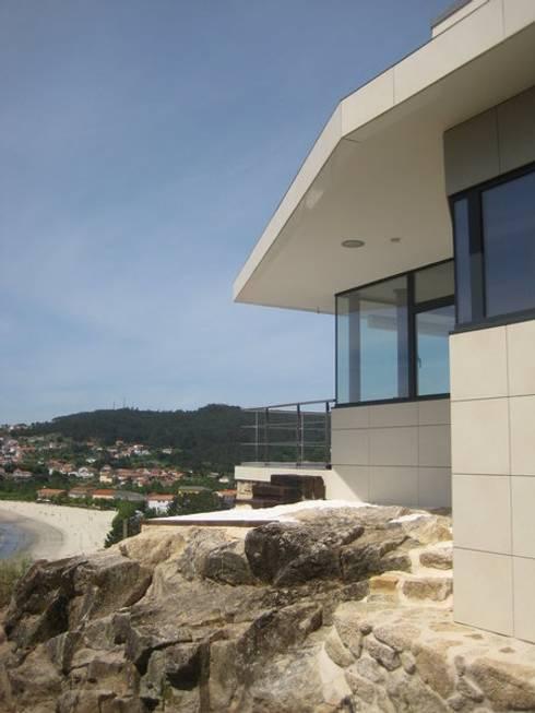 Alzado este: Casas de estilo  de MIGUEL VARELA DE UGARTE, ARQUITECTO
