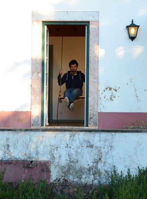LÁ-FORA, CÁ-DENTRO: Quartos rústicos por POLIGONO