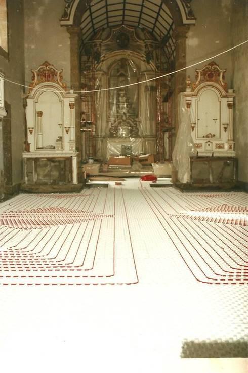 piso radiante hidráulico Mosteiro de Vilela- Paredes: Paredes  por Dynamic444 (departamento de climatização)