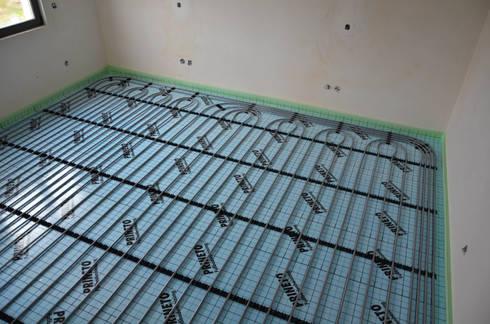 (4) Underfloor heating / piso radiante: Casas de banho modernas por Dynamic444