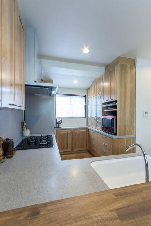木目が美しい、オークの無垢のキッチン: 株式会社コリーナが手掛けたキッチンです。