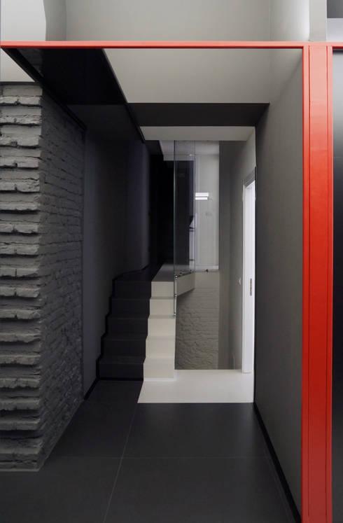 Colori che definiscono percorsi: Ingresso & Corridoio in stile  di FAUSTO DI ROCCO ARCHITETTO