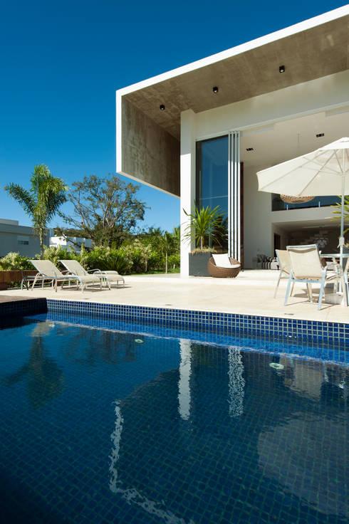 Casa Aldeia 082: Piscinas modernas por dayala+rafael arquitetura