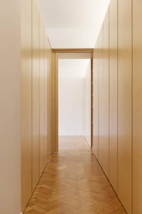 Pasillos y recibidores de estilo  por atelier Rua - Arquitectos