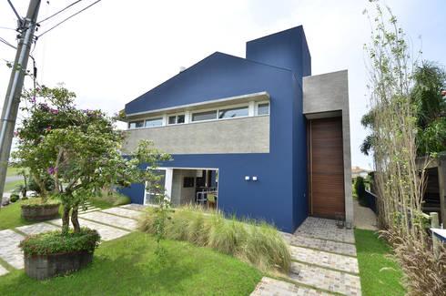 A CASA AZUL: Casas modernas por HECHER YLLANA ARQUITETOS