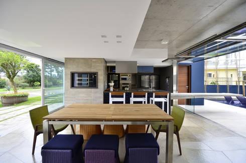 A CASA AZUL: Salas de jantar modernas por HECHER YLLANA ARQUITETOS