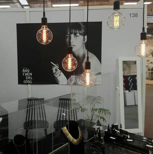 And Then The Gods : Centros de exhibiciones de estilo  por 80 Watts