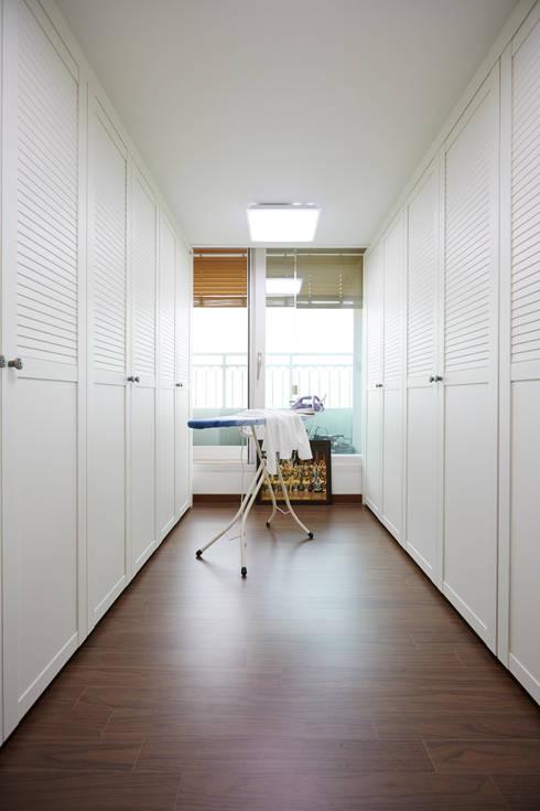 Projekty,  Garderoba zaprojektowane przez DESIGNSTUDIO LIM_디자인스튜디오 림